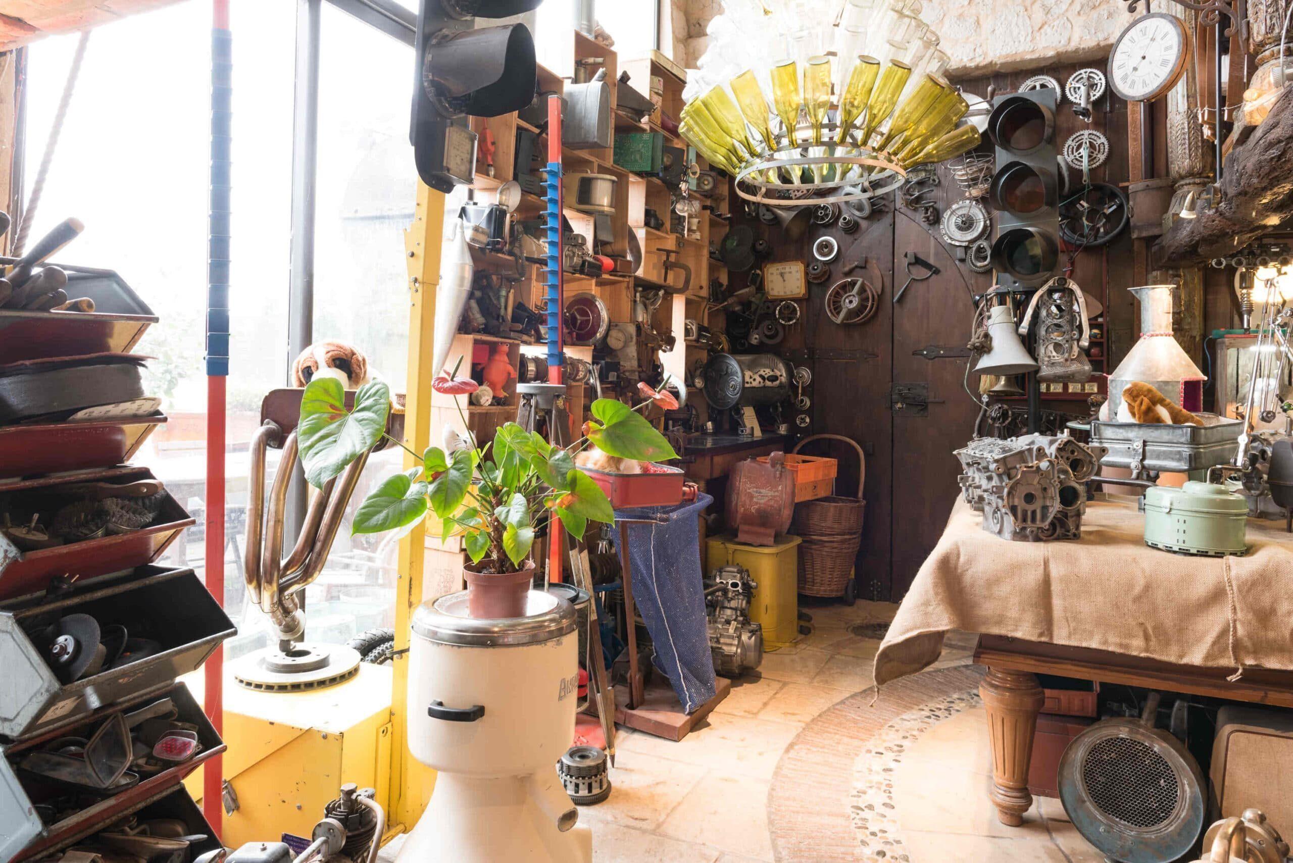 Atelier du Loft Mobilier avec pièces détachées d'auto moto. Sucpture automobile