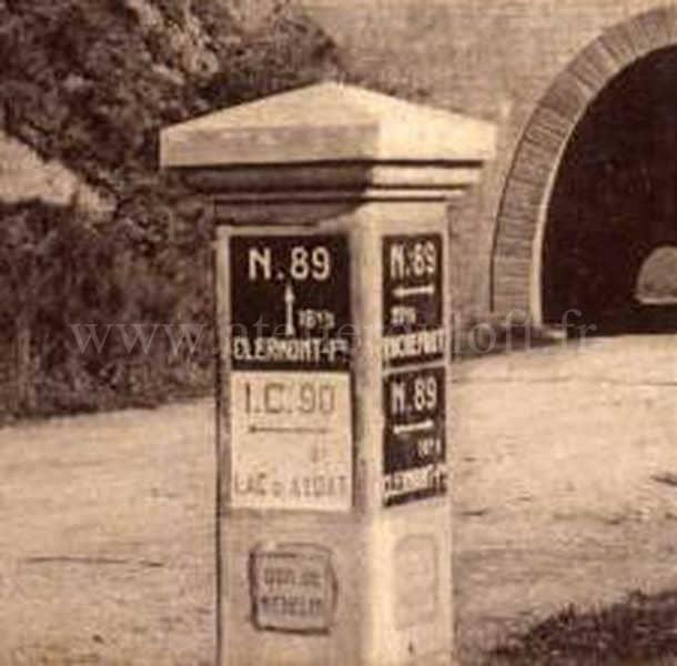 évolution bibendum MichelinPlaque émaillée industrielle sur Borne béton 1920 offerte par Michelin