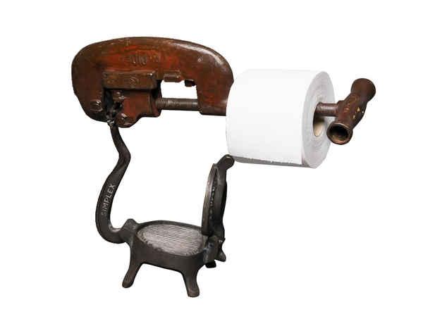 Derouleur papier toilette vintage haut de gamme antique, conçu avec un pièce collector des années 40 en fonte, un formateur de steak haché, et un coupe tube d'ancien atelier, un travail soigné pour cette merveille élégante.