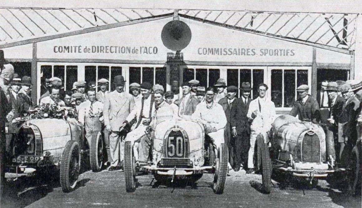 Arrivée du Grand Prix de Bugatti 1928 Derancourt Albertine (Marie) Atelier du Loft Mobilier avec pièces auto