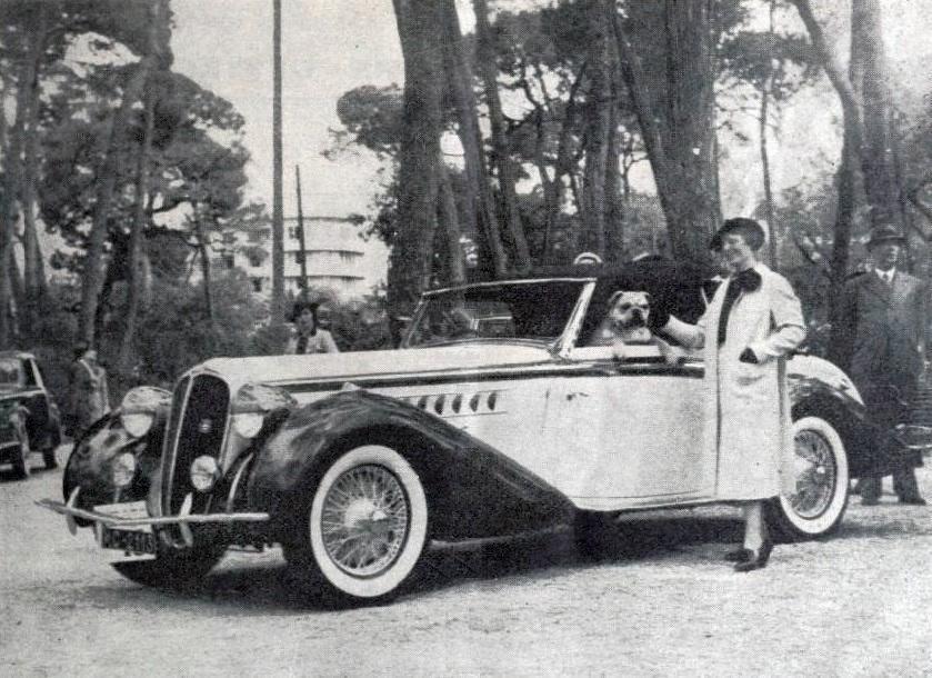 Lucy Schell, victorieuse du Concours d'élégance automobile de Juan-les-Pins en mai 1938, sur Delahaye cabriolet décapotable carrossée par Chapron.
