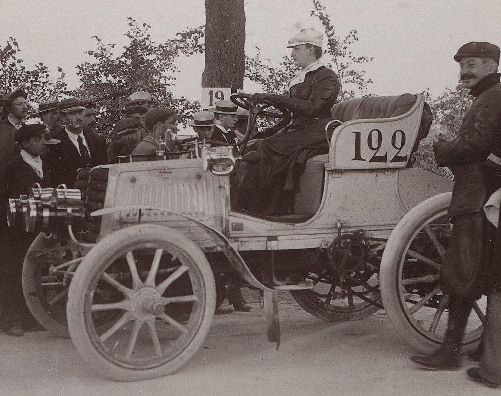 1901 Camille Du Gast une des femmes pilotes sur Panhard-Levassor 20CV, à participer, à la course Paris-Berlin