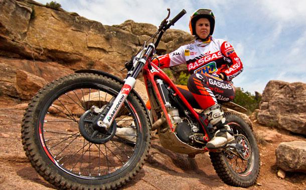 Laia Sanz 13 fois championne du monde de trial féminin Dakar 2015 Atelier du Loft mobilier avec pièces auto moto