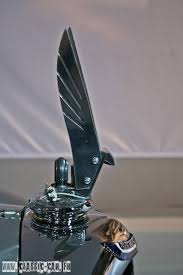 Daniela DAUDE artiste mobilier avec pièces automobiles et motos Article sur la sublime auto Voisin C28 Aérosport habitacle conçu par l'illustre firme Hermès