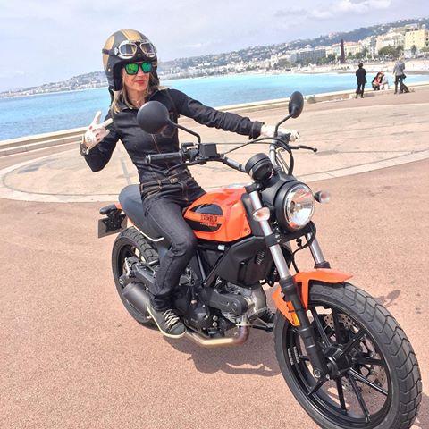 KARINE femme motarde