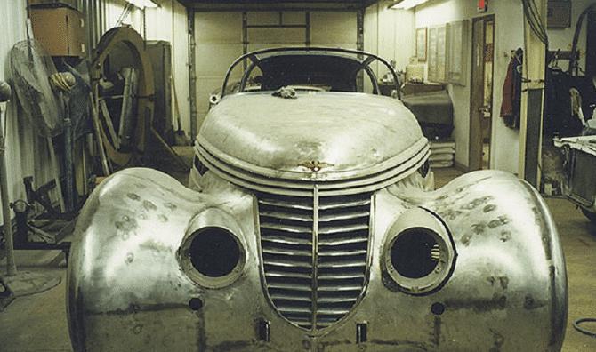 La carcasse de la Hispano-Suiza H6C Dubonnet Xenia Saoutchik coupé 1938 en cours de rénovation en 1999 chez D et D Classic