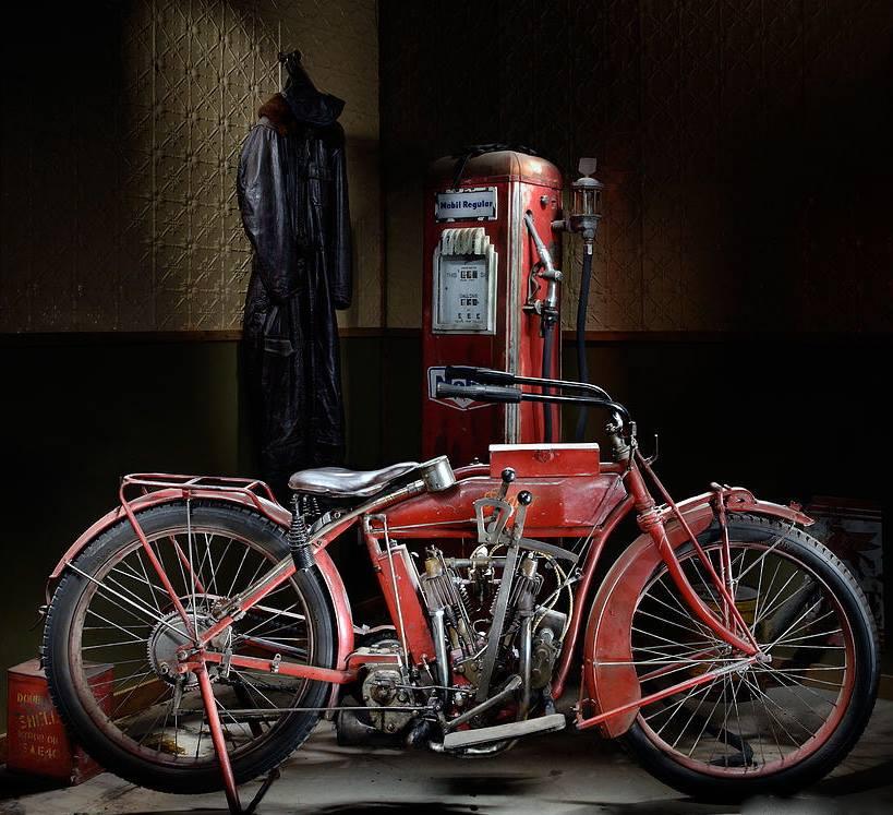 indian 1917 Daniela DAUDE artiste Mobilier avec pièces auto. Puces Moto VAL-DE-RUEIL 2e dimanche octobre Dépot vente moto Concerts Banc de Puissance Simulateur Wheeling