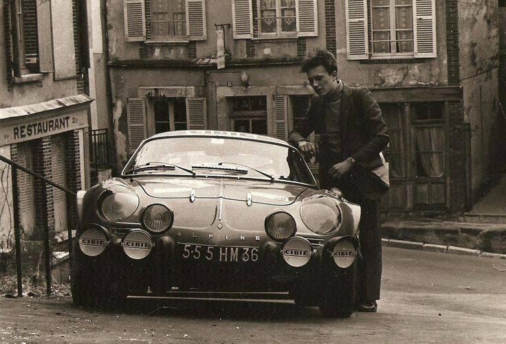 Alpine A110 Salon Automédon LE BOURGET pour fans d'autos/motos anciennes Agenda événements autos motos France/Europe de Daniela DAUDE artiste mobilier avec pièces autos