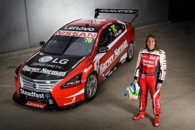 Simona de Silvestro, 1ère pilote automobile féminine européenne à temps plein, à manœuvrer en Supercars